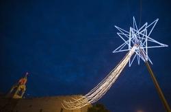 V Mostě montují vánoční výzdobu, město šetří díky jejímu pronájmu
