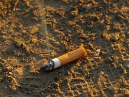 Cigarety stále lítají z oken