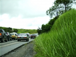 Uhýbat autům na kraji rušné silnice už lidé z Meziboří nechtějí