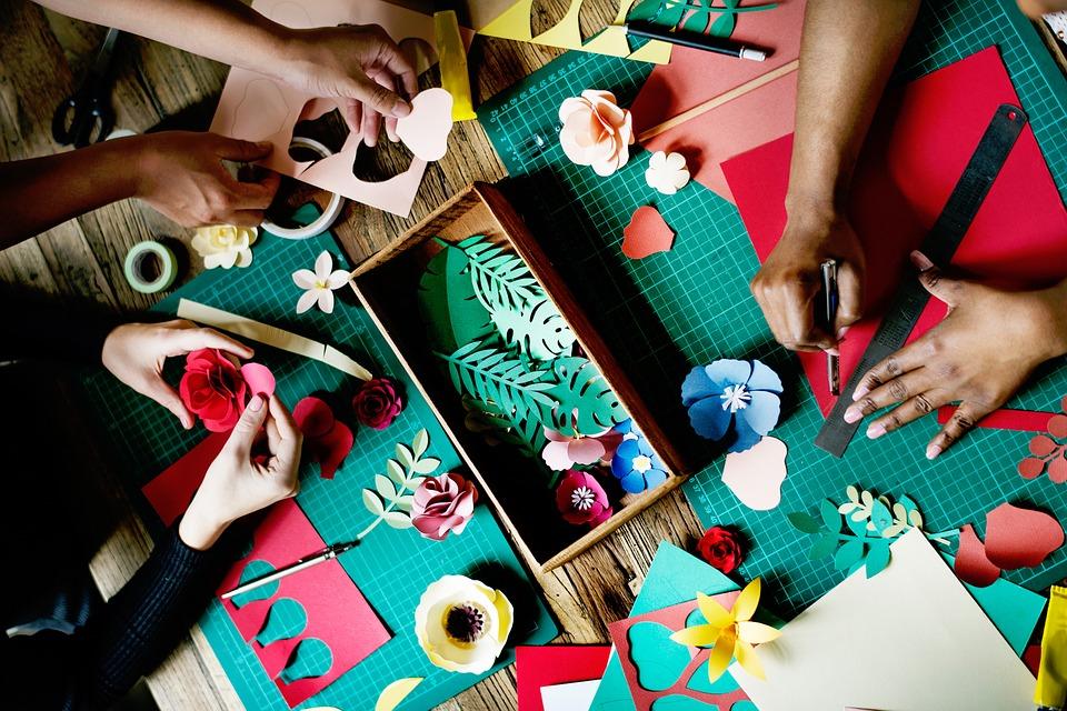 Jarní papírové květiny ve tvořivých dílničkách